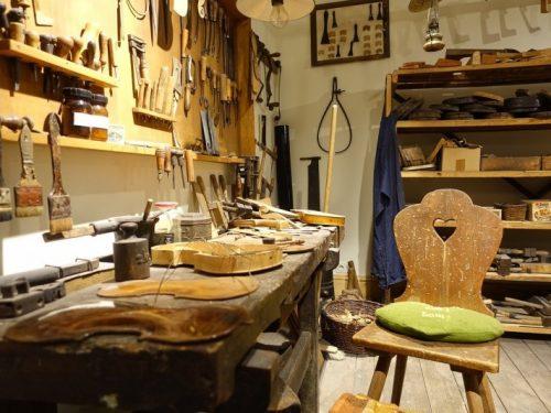 aprende cómo se crea una guitarra española con un luthier en Granada con itinerarius.com
