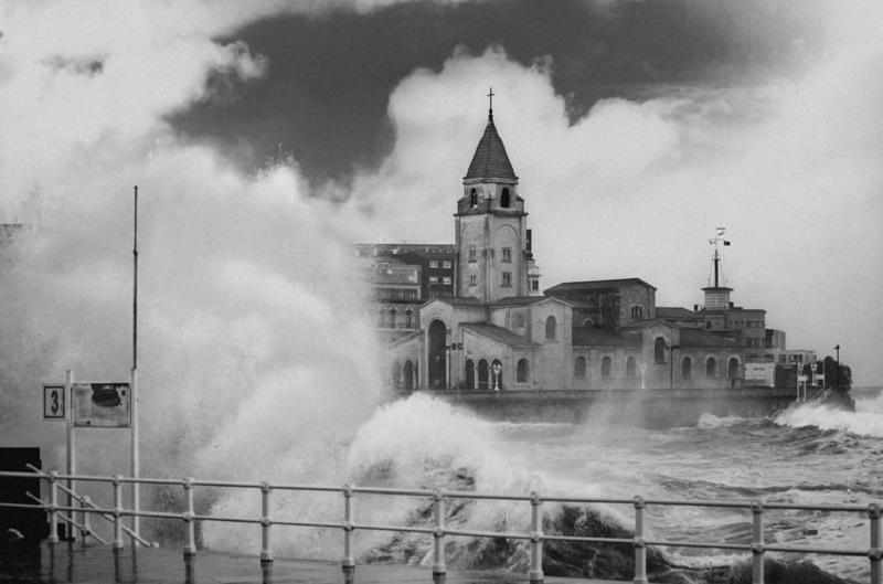 Descubre el centro histórico de Gijón (Asturias) y la universidad laboral de la mano de un guía oficial de turismo con itinerarius.com