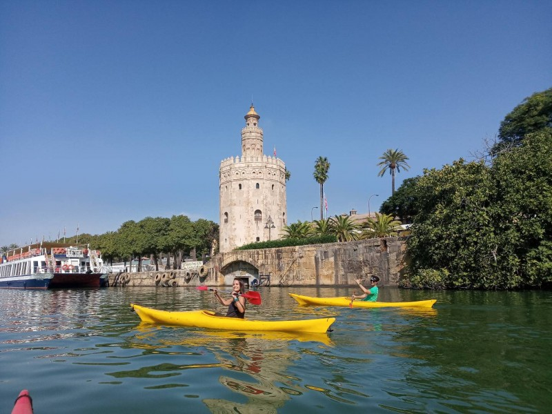 Guided kayaking and paddle surfing tours of the Guadalquivir River in Seville with itinerarius.com