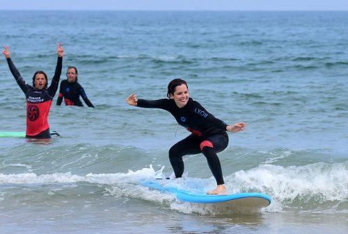 aprende a surfear en Cantabria con itinerarius.com